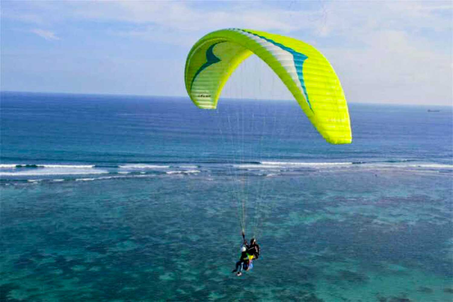paragliding fly in bali